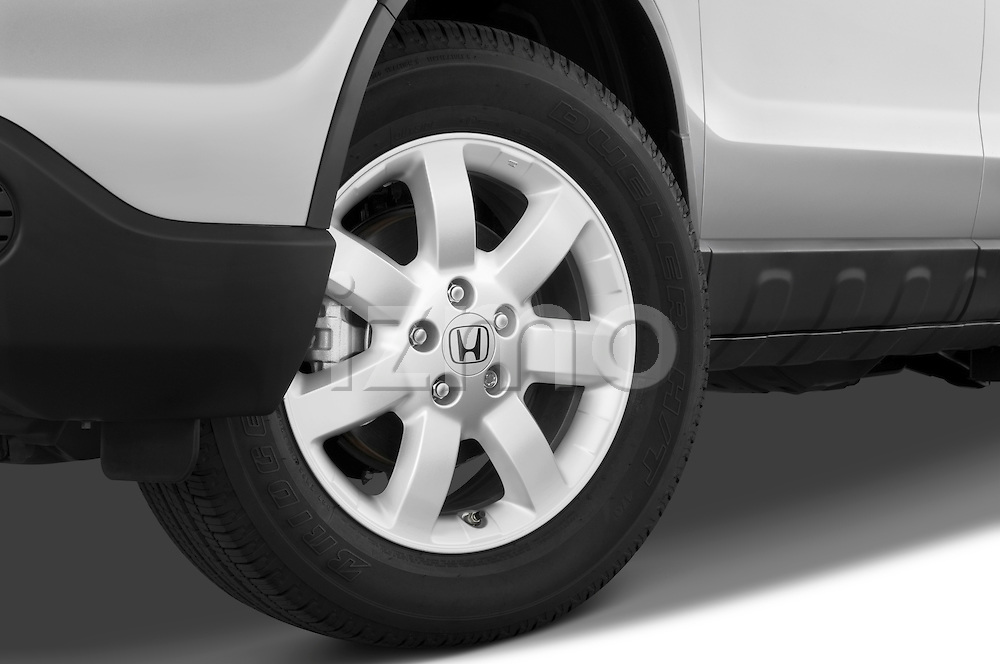 Tire and wheel close up detail view of a 2008 Honda CRV