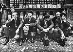 Pielgrzymi psiedzący przed wejściem do sanktuarium pasyjno-maryjnego oo. bernardynów. Początek lat 80. XX wieku.