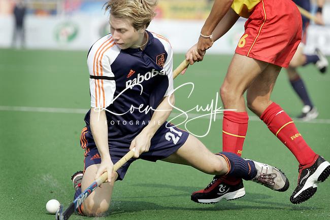 Champions Trophy Hockey mannen Nederland-Spanje. Nick Meijer in duel met de Spanjaard Andreu Enrich.
