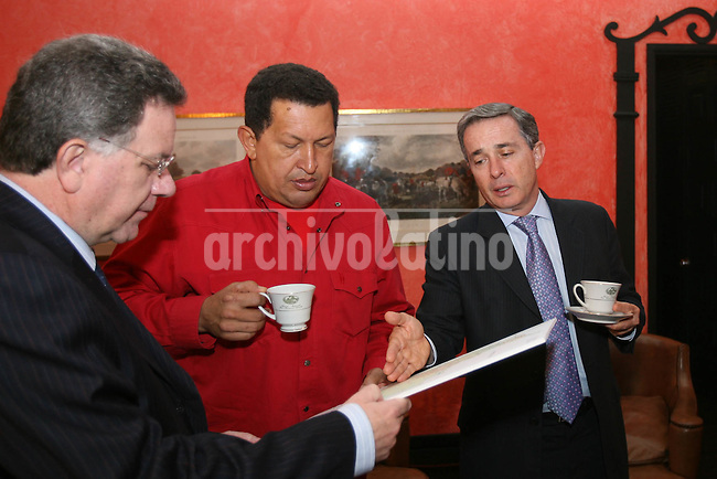 Los presidentes de Colombia, Alvaro Uribe, y de Venezuela, Hugo Chavez, durante el encuentro en Bogota. Chavez intenta ser mediador en el conflicto interno colombiano, y lograr que la guerrilla de las FARC liberen a civiles secuestrados.*Presidents of Colombia, Alvaro Uribe, and Venezuela, Hugo Chavez, during their meeting in Bogota. Chavez tries to be mediator in the long war against the guerrillas in Colombia and get to free the civilians seized by the leftist FARC.