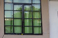 SAO PAULO, SP - 21.05.2015 - HABITA&Ccedil;&Atilde;O-SP - Moradores do condom&iacute;nio Guarapiranga temem rachaduras na estrutura do pr&eacute;dio e pedem socorro na tarde desta quinta-feira (21) na zona sul de S&atilde;o Paulo. As faixas pedindo ajuda foram postas nas paredes do condom&iacute;nio, que &eacute; vizinho do Term. Guarapiranga. <br /> (Foto: Fabricio Bomjardim/Brazil Photo Press)