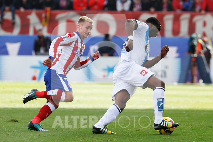 Atletico de Madrid´s Griezmann (L) and Deportivo de la Coruña´s Diakhite during 2014-15 La Liga match between Atletico de Madrid and Deportivo de la Coruña at Vicente Calderon stadium in Madrid, Spain. November 30, 2014. (ALTERPHOTOS/Victor Blanco)