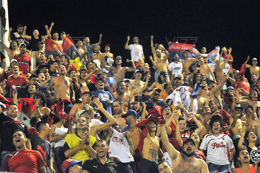 BARRANCABERMEJA -COLOMBIA, 29-11-2015:  Hinchas de Independiente Medellin alientan a su equipo durante partido de ida con Alianza Petrolera por los cuartos de final de la Liga Aguila II 2015 disputado en el estadio Daniel Villa Zapata de la ciudad de Barrancabermeja./ A fan of Independiente Medellin cheer for their team during first leg match against Alianza Petrolera for the quarterfinals  of the Aguila League II 2015 played at Daniel Villa Zapata stadium in Barrancabermeja city. Photo:VizzorImage / Jose David Martinez / Cont