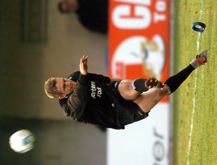 Photo. Henry Browne..Perpignan v Newcastle Falcons..Heineken Cup..08/01/2005..Jonny Wilkinson kicks a penalty..