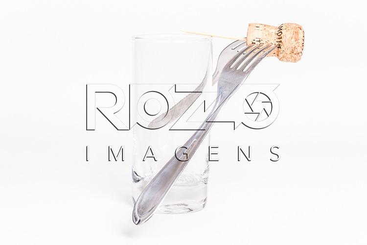 Dois garfos e um palito espetados em uma rolha colocado sobre um copo, São Paulo - SP, 2015.