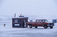 Amérique/Amérique du Nord/Canada/Quebec/Fjord du Saguenay : Pêche blanche - Cabane du pêcheur et pick up