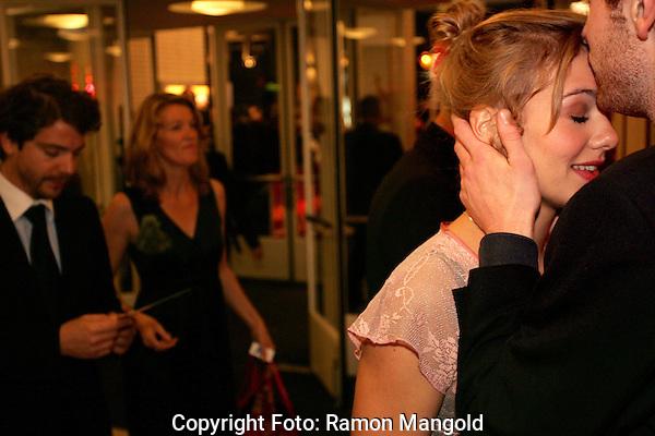 Utrecht.NFF 2008 - Nederlands Filmfestival.20080924 .Foto: Ramon Mangold.Actrice Sallie Harmsen wordt binnen begroet door haar vriend na alle drukte en persvragen op de rode loper.