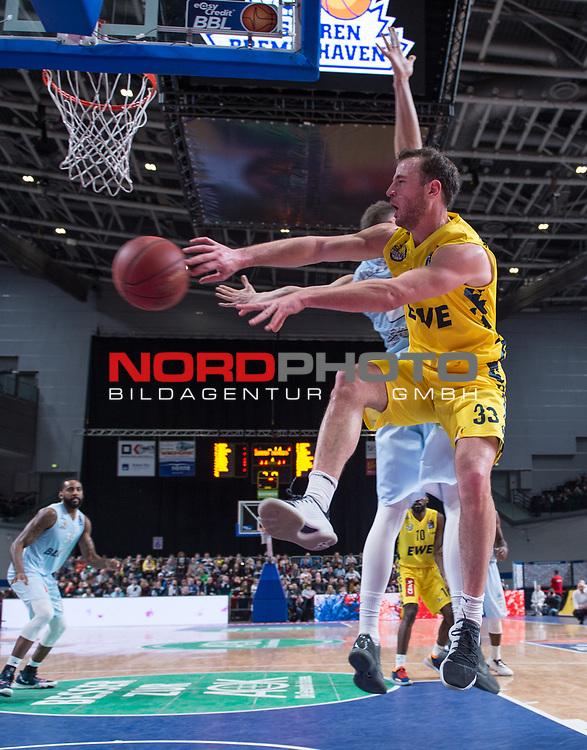 10.02.2019, ÖVB Arena, Bremen, GER, easy Credit-BBL, Eisbären Bremerhaven vs EWE Baskets Oldenburg, im Bild<br /> hinter dem Gegner..<br /> Jan Niklas WIMBERG ( Eisbären Bremerhaven #8 )<br /> Philipp SCHWETHELM(EWE Baskets Oldenburg #33 )<br /> Foto © nordphoto / Rojahn