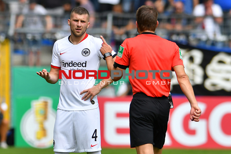 11.08.2019, Carl-Benz-Stadion, Mannheim, GER, DFB Pokal, 1. Runde, SV Waldhof Mannheim vs. Eintracht Frankfurt, <br /> <br /> DFL REGULATIONS PROHIBIT ANY USE OF PHOTOGRAPHS AS IMAGE SEQUENCES AND/OR QUASI-VIDEO.<br /> <br /> im Bild: Ante Rebic (Eintracht Frankfurt #4), Schiedsrichter Felix Brych<br /> <br /> Foto © nordphoto / Fabisch