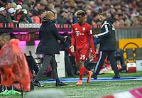 FUSSBALL  1. BUNDESLIGA  SAISON 2015/2016  24. SPIELTAG FC Bayern Muenchen - 1. FSV Mainz 05       02.03.2016 Kingsley Coman (re) bei seiner Auswechslung mit Trainer Pep Guardiola (li, FC Bayern Muenchen)