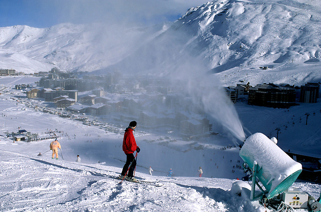 France, Savoie. Tignes, un canon a neige. *** A snow gun, Tignes, Savoie, France.