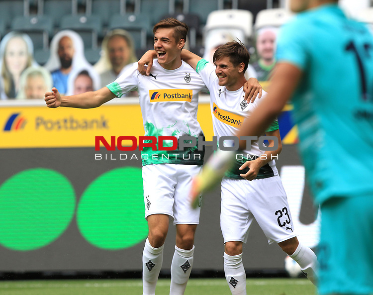 Jubel Jonas Hofmann (Borussia Moenchengladbach), re., und Florian Neuhaus (Borussia Moenchengladbach) nach dem 1:0<br />