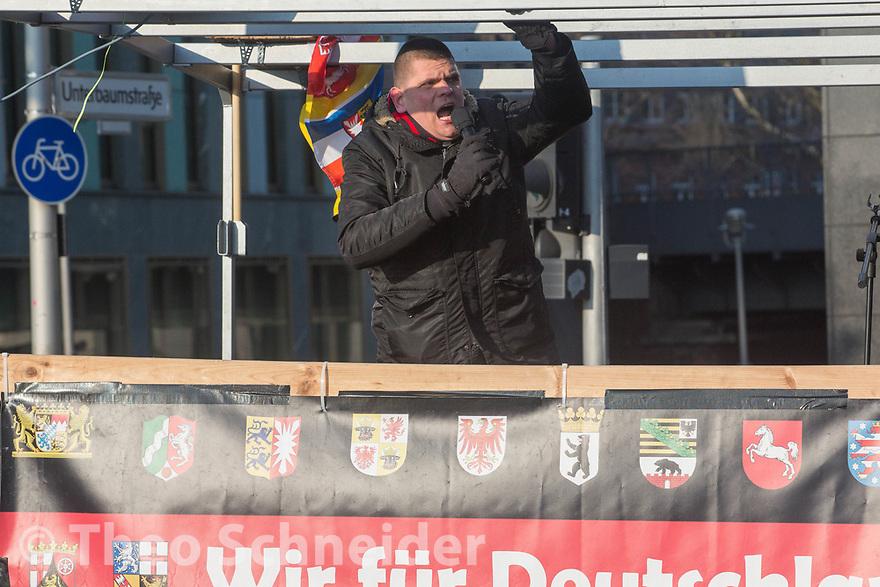 """Neonazi Alexander Kurth von Thügida. //Rund 300 Rechte, darunter Neonazis und AfD-Anhänger, versammelten sich unter dem Motto """"Nein zur GroKo"""" in Berlin."""