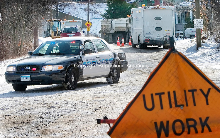 NAUGATUCK, CT. 04 January 2010-010410SV01--A police officer blocks off the street as gas crews work on a gas leak on Elm Street in Naugatuck Monday.<br /> Steven Valenti Republican-American
