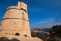 Spanien, Balearen, Ibiza, Turm Torre de Molar, Blick auf Bucht von Cala de Benirras