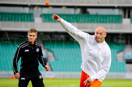 21.10.2011 London, England. Bears middle linebacker Brian Urlacher (#54) gets a taste of cricket at The Oval cricket ground during a Bears team practice in preparation for the NFL Pepsi Max International Series game between Chicago Bears and Tampa Bay Buccaneers to be held at Wembley Stadium. Mandatory credit: ActionPlus