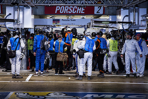 16.06.2016. Le Mans Circuit, Le Mans, France. Le Mans 24 Hours  Qualifying. The media scrum to get a shot of the pole position car.