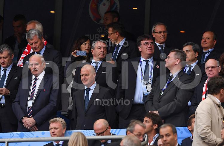 FUSSBALL EURO 2016 GRUPPE C IN PARIS Deutschland - Polen    16.06.2016 Wolfgang Niersbach (Mitte) zu Gast auf der Ehrentribuene