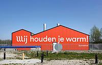 Nederland Groningen - 2019. Tijdelijke Warmtecentrale op de Zernike Campus. De Hanzehogeschool Groningen is als eerste aangesloten. Het net gaat de komende jaren Paddepoel, Selwerd en Vinkhuizen duurzame warmte leveren als vervanging voor aardgas. De warmtecentrale gaat het warmtenet voeden dat vorig jaar is aangelegd op Zernike. De centrale maakt gebruik van warmtekrachtkoppelingen. Deze mini-elektriciteitscentrales maken stroom en warmte. Hiermee wordt het water in het warmtenet verwarmd en worden de pompen van stoom voorzien. Stroom dat overblijft wordt geleverd aan het elektriciteitsnet. De WKK's zorgen zo voor een vermindering van CO2-uitstoot. Foto Berlinda van Dam / Hollandse Hoogte
