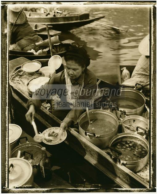 Thailande/Env de Bangkok: Marchande de soupe sur son bateau au Marché Flottant de Tha Kha