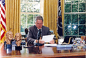 United States President Bill Clinton delivers his live weekly radio address from the Oval Office of the White House in Washington, DC on September 9, 1995.<br /> Credit:  White House via CNP