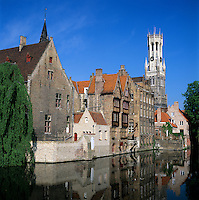 Belgium, West-Flanders, Bruges: Rozenhoedkaai and the Belfry | Belgien, Westflandern, Provinzhauptstadt Bruegge: Rozenhoedkaai und Belfried, der Glockenturm des Rathauses