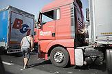 Weil Kroatien die Grenzen zu Serbien geschlossen hat, stockt der Transportverkehr. Kilometerlange Staus an den Grenzübergängen sind die Folge.