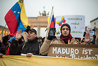 Ca. 150 Menschen protestierten am Samstag den 2. Februar 2019 in Berlin vor dem Brandeburger Tor gegen den venezolanischen Staatspraesidenten Nicolas Maduro Moros und forderten den selbsternannten Interimspraesidenten Juan Guaido als anzuerkennen. Sie bezeichneten den sozialistischen Praesidenten Madoru auf Transparenten und Plakaten als Schlaechter, Kriminellen und Diktator.<br /> Im Bild: Demonstranten schwoeren einen Eid auf den selbsternannten Interimspraesidenten Guaido.<br /> 2.2.2019, Berlin<br /> Copyright: Christian-Ditsch.de<br /> [Inhaltsveraendernde Manipulation des Fotos nur nach ausdruecklicher Genehmigung des Fotografen. Vereinbarungen ueber Abtretung von Persoenlichkeitsrechten/Model Release der abgebildeten Person/Personen liegen nicht vor. NO MODEL RELEASE! Nur fuer Redaktionelle Zwecke. Don't publish without copyright Christian-Ditsch.de, Veroeffentlichung nur mit Fotografennennung, sowie gegen Honorar, MwSt. und Beleg. Konto: I N G - D i B a, IBAN DE58500105175400192269, BIC INGDDEFFXXX, Kontakt: post@christian-ditsch.de<br /> Bei der Bearbeitung der Dateiinformationen darf die Urheberkennzeichnung in den EXIF- und  IPTC-Daten nicht entfernt werden, diese sind in digitalen Medien nach §95c UrhG rechtlich geschuetzt. Der Urhebervermerk wird gemaess §13 UrhG verlangt.]