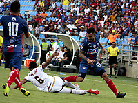 SANTA MARTA-COLOMBIA, 14-09-2019: Ricardo Márquez de Unión Magdalena y Bernaldo Manzano de Deportes Tolima disputan el balón, durante partido entre Unión Magdalena y Deportes Tolima, de la fecha 11 por la Liga Águila II 2019, jugado en el estadio Sierra Nevada de la ciudad de Santa Marta. / Ricardo Marquez of Union Magdalena and Bernaldo Manzano of Deportes Tolima battle for the ball, during a match between Union Magdalena and Deportes Tolima, of the 11th date for the Aguila Leguaje II 2019 played at the Sierra Nevada Stadium in Santa Marta city. Photo: VizzorImage / Gustavo Pacheco / Cont.