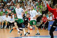 Baptiste Butto (DHB) beim Wurf gegen links Christian Schöne (FAG), dahinter Drasko Mrvaljevic (FAG)