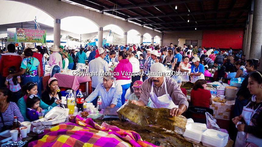 Querétaro, Qro. 27 de septiembre de 2015.-  Se lleva a cabo la XV feria de la barbacoa y el pulque en Boye Cadereyta en donde se reunen cientos de prersonas para probar lo que aquí se ofrece.
