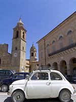 ITA, Italien, Marken, San Ginesio:  Fiat Cinquecento auf der Piazza Alberico Gentili, Collegiata Kirche | ITA, Italy, Marche, San Ginesio: Fiat Cinquecento at Piazza Alberico Gentili, Collegiata church