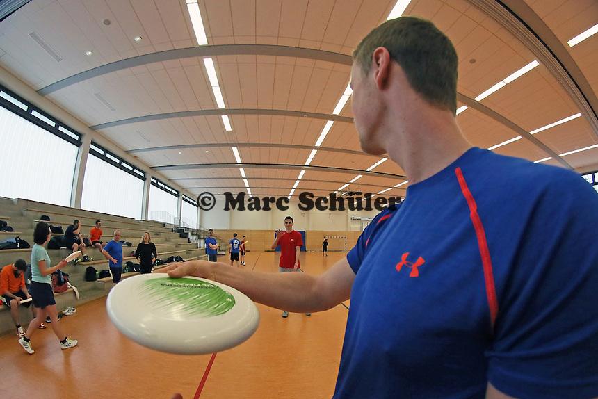B&uuml;ttelborn 19.03.2016: Ultimate Frisbee Workshop, Kreissporthalle<br /> Sebastian Riek demonstriert die Wurftechnik<br /> Foto: Vollformat/Marc Sch&uuml;ler, Sch&auml;fergasse 5, 65428 R&uuml;sselsheim, Fon 0151/11654988, Bankverbindung Kreissparkasse Gross Gerau BLZ. 50852553 , KTO. 16003352. Alle Honorare zzgl. 7% MwSt.