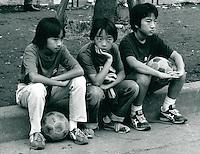 Jungen beim Fußball in Tokyo, Japan