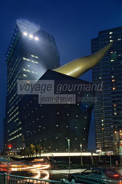 Asie/Japon/Tokyo/Asakusa: Les bords de la Sumida - Immeuble conçu par P. Starck vu de nuit