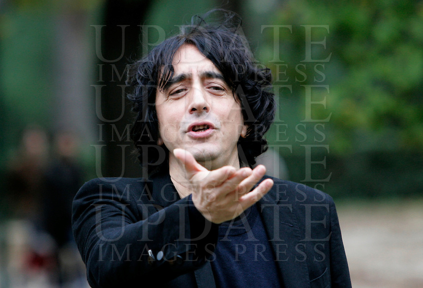 "L'attore Sergio Rubini posa durante un photocall per la presentazione del film ""L'uomo nero"" a Roma, 30 novembre 2009..Italian actor Sergio Rubini poses during a photocall for the presentation of the movie ""L'uomo nero"" (The black man) in Rome, 30 november 2009..UPDATE IMAGES PRESS/Riccardo De Luca"