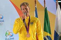RIO DE JANEIRO, RJ, 13 AGOSTO 2012 - COLETIVA DE APRESENTACAO DA BANDEIRA OLIMPICA - O medalhista olimpico Robert Scheidt na coletiva de imprensa para apresentacao da bandeira olimpica que chegou ao rio de Janeiro nesta tarde de segunda, 13 de agosto, no aeroporto internacional, Galeao, na ilha do governador, zona norte do rio.(FOTO:MARCELO FONSECA / BRAZIL PHOTO PRESS).