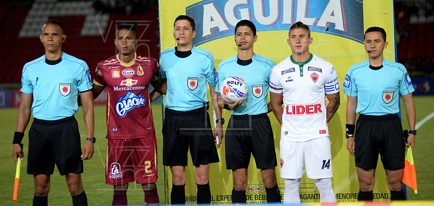 IBAGUÉ - COLOMBIA, 15-09-2017: Fainer Torijano, capitan del Tolima, Lisandro Castillo, árbitro, Nicolas Carreño, Capitan de Patriotas y los jueces asistentes posan previo al encuentro entre Deportes Tolima y Patriotas FC por la fecha 12 de la Liga Águila II 2017 jugado en el estadio Manuel Murillo Toro de Ibagué. / Fainer Torijano, captain of Tolima, Lisandro Castillo, referee, Nicolas Carreño, captain of Patriotas  and another assitante referees pose toa  photo prior the match between Deportes Tolima and Patriotas FC for date 12 of the Aguila League II 2017 played at Manuel Murillo Toro stadium in Ibague city. Photo: VizzorImage / Juan Carlos Escobar / Cont