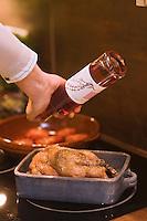 Europe/France/Rhône-Alpes/26/Drôme/Nyons:Pintadeau de la Drome aux tomates caramélisées au vinaigre de thym et olives de Nyons recette de Raphaël Delaye-Reynaud Vinaigrier- La Para Déglaçage de la volaille avec le vinaigre