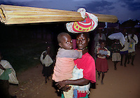 GULU / NORD UGANDA.NIGHT COMMUTERS. UNA COLONNA DI SFOLLATI IN MAGGIORANZA BAMBINI TRASCORRONO LA NOTTE AL LACOR HOSPITAL DI GULU PER EVITARE GLI ATTACCHI DEI GUERRIGLIERI DEL LORD RESISTENCE ARMY..FOTO LIVIO SENIGALLIESI..GULU / NORTH UGANDA.Every night in northern Uganda, tens of thousands of children, known as night commuters, flow into town centres or local hospital..They come seeking safety in shelters set up by aid agencies, with the Ugandan government unable to end a brutal 20-year war and protect them from rebel attacks..Photo Livio Senigalliesi