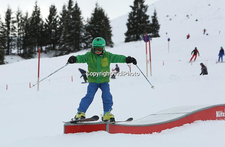Foto: VidiPhoto<br /> <br /> MITTERSILL - Wintersporters genieten van de goed geprepareerde pistes in het bekende skigebied de Kitzb&uuml;heler Alpen. Door de flinke sneeuwval van de afgelopen dagen, zijn de groene pistes in korte tijd veranderd in een winters landschap. De zorgen van veel ondernemers in het gebied en wintersporters zijn dan ook verdwenen als sneeuw voor de zon.