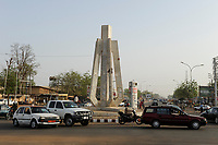 NIGER Niamey, road traffic, monument on roundabout