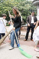 NAPOLI FRANCESCA PASCALE FIDANZATA DI SILVIO BERLUSCONI PULISCE LE STRADE DI POSILLIPO  2009
