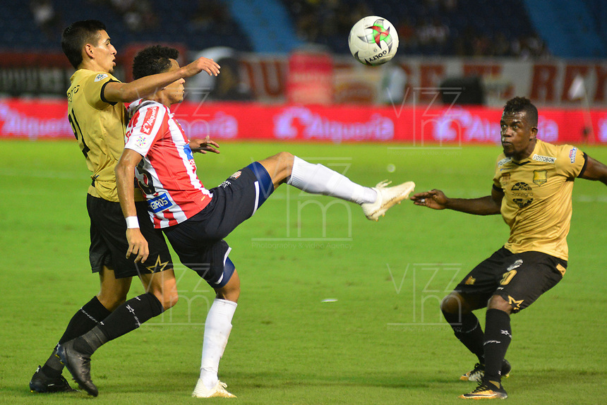 BARRANQUILLA- COLOMBIA, 25-11-2018: Luis Díaz (Centro ) jugador del Atlético Junior  disputa el balón con Yilton Díaz (Izq.) jugador de Rionegro durante partido de vuelta  por la semifinal de la Liga Águila II 2018 jugado en el estadio Metropolitano Roberto Meléndez de la ciudad de Barranquilla. / Luis Diaz (Center) player of Atletico Junior  fights for the ball with Yilton Diaz (L) player of Rionegro during  second match for the semifinal of Liga Aguila II 2018 played at the Metropolitano Roberto Melendez Stadium in Barranquilla  city. Photo: VizzorImage / Alfonso Cervantes / Contribuidor