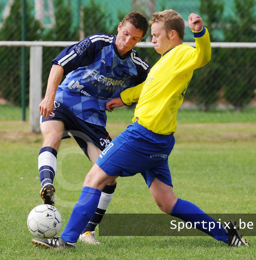 Excelsior Zedelgem - KSV Bredene.duel om de bal tussen Thys Simoen (links) en Nils Vansteelant (rechts).foto VDB / BART VANDENBROUCKE