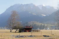 Heustadel auf Weiden südlich von Oberstdorf im Allgäu, Bayern, Deutschland<br /> hay barn on pastures south of Oberstdorf, Allgäu, Bavaria, Germany