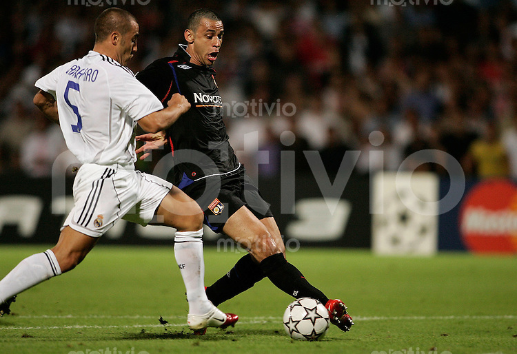 FUSSBALL Champions League 2006/2007  Gruppe E Olympique Lyon 2-0 CF Real Madrid FRED (L,re) gegen Fabio CANNAVARO (Real)