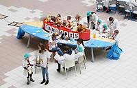 Nederland Amsterdam 2017 . Teddy Bear Hospital in het Academisch Medisch Centrum.  ( Foto mag niet in negatieve context gebruikt worden ).  Teddy Bear Hospital (TBH) is één van de grootste projecten van IFMSA-NL. Het TBH is een rollenspel. Dat houdt in dat kleuters van vier t/m zes jaar hun beer of een andere knuffel meenemen naar een nagebootst ziekenhuis. Geneeskundestudenten spelen voor arts en behandelen de knuffels. Het doel van Teddy Bear Hospital is om kinderen op een speelse manier kennis te laten maken met de gezondheidszorg, om zo de angst voor dokters en het ziek-zijn enigszins weg te nemen. Bovendien leert het medische studenten om te gaan met kinderen en trainen ze hun communicatieve vaardigheden .   Foto Berlinda van Dam / Hollandse Hoogte