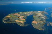 Insel Poel :EUROPA, DEUTSCHLAND, MECKLENBURG- VORPOMMERN 29.06.2005 Insel Poel ist mit 36 km² Fläche die fünftgrößte deutsche Insel, sie liegt in der südlichen Mecklenburger Bucht der Ostsee und begrenzt den Norden der Wismarer Bucht. Sie ist gleichzeitig die amtsfreie Gemeinde Insel Poel im Landkreis Nordwestmecklenburg in Mecklenburg-Vorpommern. Hauptort der Gemeinde ist Kirchdorf am Ende der tief von Süden einschneidenden Bucht Kirchsee. Neben der Wismarer Bucht im Süden wird die Insel im Osten von der Zaufe und dem Breitling sowie im Nordosten durch die Kielung vom Festland getrennt. Der Insel Poel ist im Nordosten die kleine Insel Langenwerder unmittelbar vorgelagert. Poel ist über einem befahrbaren Damm mit dem Festland (Gemeinde Blowatz, Ortsteil Strömkendorf) verbunden. Blickrichtung von Sued Nord,  Ostsee, Meer, Wasser.Luftaufnahme, Luftbild,  Luftansicht.