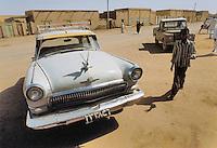 - Northern Sudan, old car at the market of Shendi village....- Sudan settentrionale, automobile al mercato del villaggio di Shendi..
